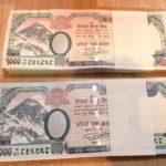 ネパールの最高額紙幣は1000ルピー札&ダサイン前に新札を売るお母さん